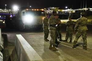 El sábado 10 de noviembre de 2018, miembros de las Fuerzas Armadas colocan barreras de hormigón en las orillas del Río Grande entre el Puente Internacional de las Américas y el Puente Internacional Lincoln-Juárez.