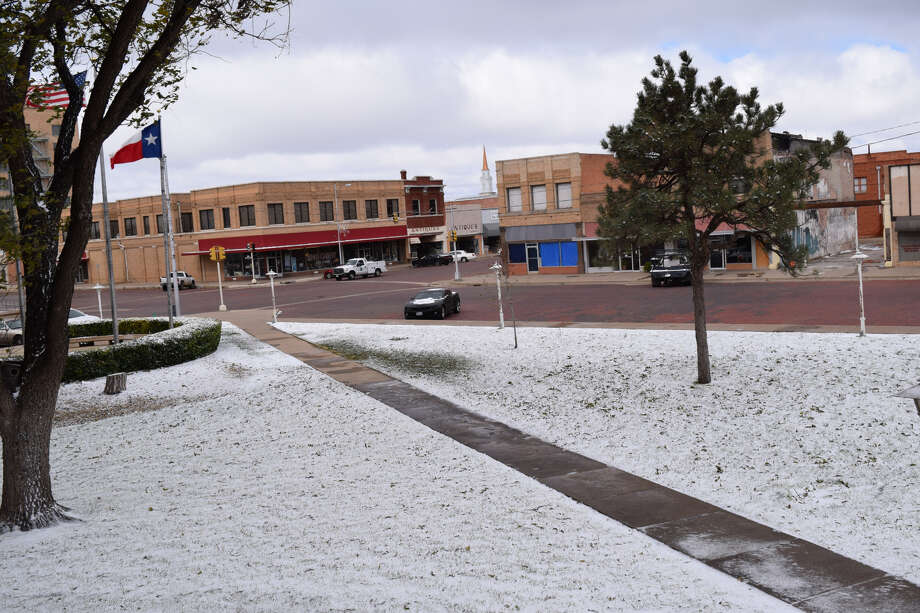 A light dusting of snow covered the courthouse Monday. Photo: Ellysa Harris/Plainview Herald