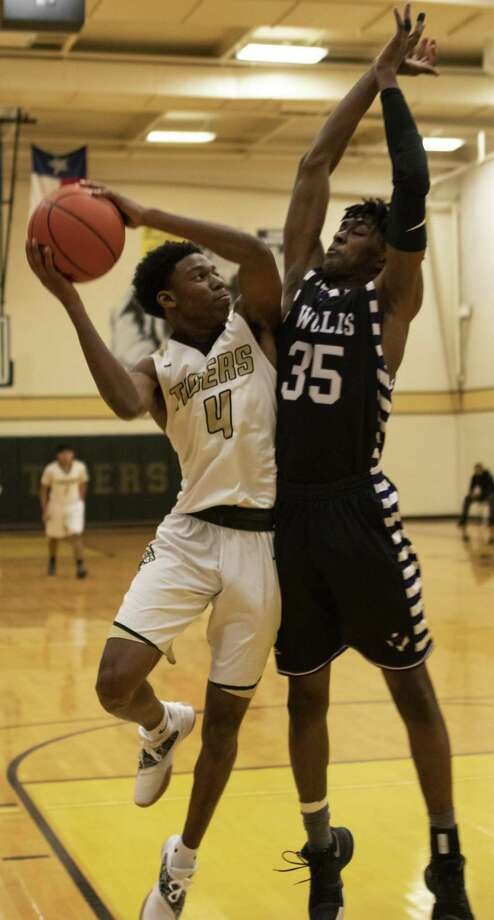 Conroe senior David Spurlock (4) attempts to shoot around Willis sophomore JaLen Moore (35). Photo: Cody Bahn, Houston Chronicle / Staff Photographer / © 2018 Houston Chronicle
