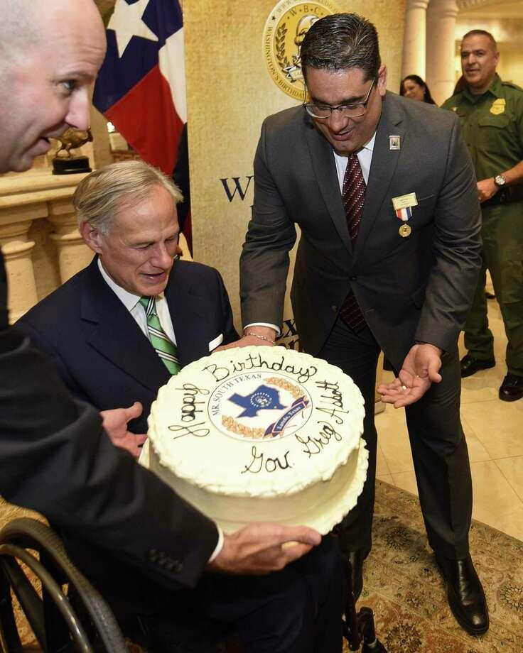 El ex funcionario de WBCA Jeff Puig le entrega un pastel de cumpleaños al gobernador de Texas Greg Abbott para celebrar su cumpleaños. El gobernador fue nombrado Mr. South Texas 2019, el martes 13 de noviembre de 2018. Photo: Danny Zaragoza /Laredo Morning Times / Laredo Morning Times