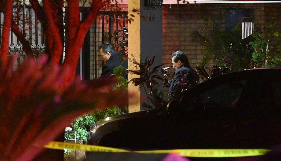 Las autoridades responden a la llamada de un hombre empuñando un hacha que resultó en un tiroteo, el martes 13 de noviembre de 2018 en la cuadra 100 de Horizon Loop. Photo: Danny Zaragoza /Laredo Morning Times