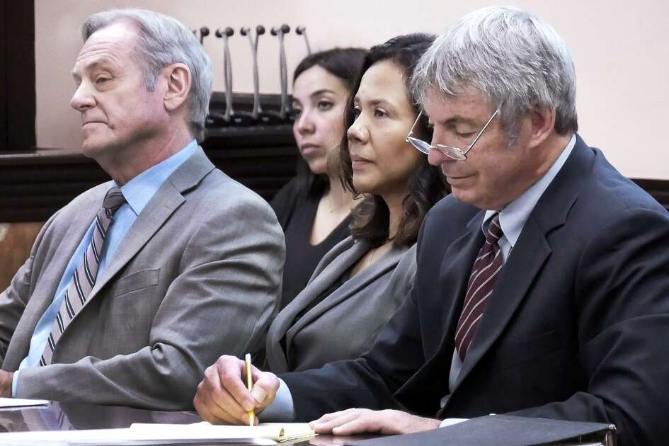 Bernadette Perusquia, segunda de derecha a izquierda, escucha las declaraciones de apertura junto a sus abogados defensores en su juicio en la Corte de Distrito 49, el martes 6 de noviembre de 2018.