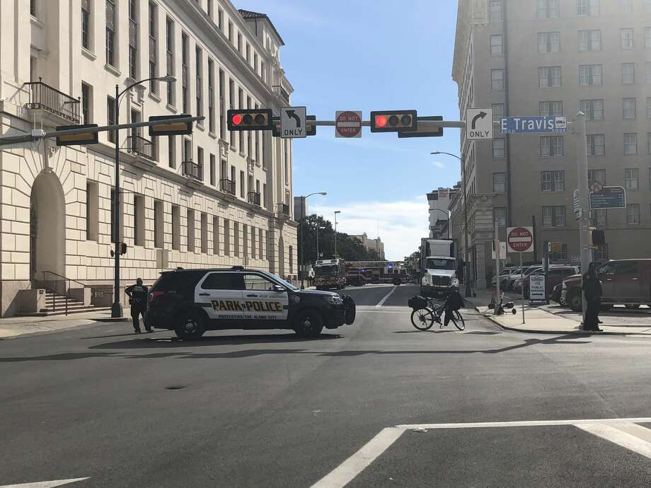 San Antonio police are responding to an apparent bomb threat at Alamo Plaza. Photo: Fares Sabawi