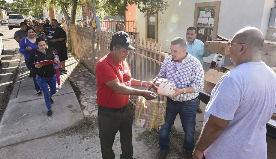 Families line up around the corner as Mike Castañeda, his staff and friends hand out turkeys on Thursday, Nov. 15, 2018, outside Mike's Bail Bonds. Photo: Danny Zaragoza/Laredo Morning Times