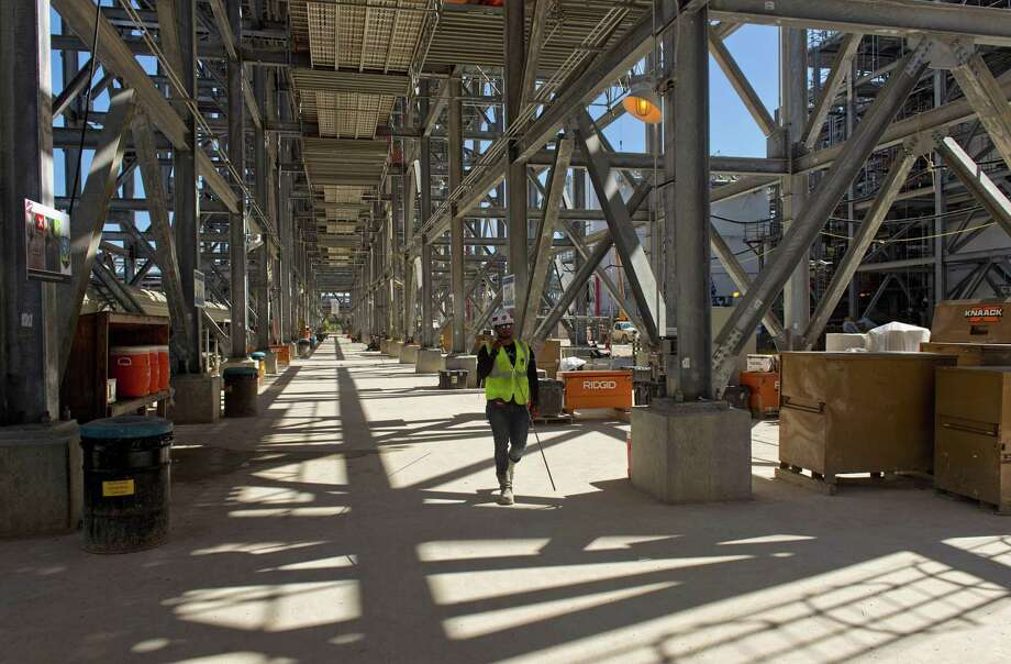 A contractor works during construction at the Cheniere Energy Inc. liquefied natural gas (LNG) export terminal in Corpus Christi, Texas/ on Wednesday, Oct. 3, 2018. Cheniere Energy said it started producing liquefied natural gas for the first time at the Corpus Christi plant. Photo: Eddie Seal / Bloomberg / © 2018 Bloomberg Finance LP