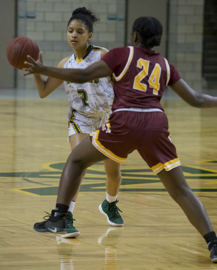 Midland College's Annilia Dawn passes the ball past the reach of Arizona Western's Kyndal Ricks 11/15/18 at the Chaparral Center. Tim Fischer/Reporter-Telegram Photo: Tim Fischer/Midland Reporter-Telegram
