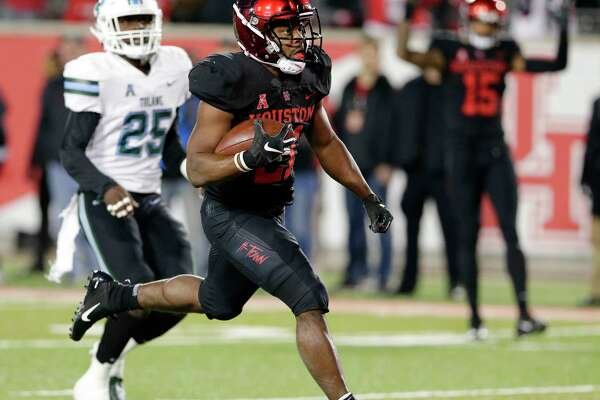Houston running back Patrick Carr (21) scores on a run in front of Tulane safety Will Harper (25) during the first half of their football game Thursday, Nov. 15, 2018 in Houston, TX.