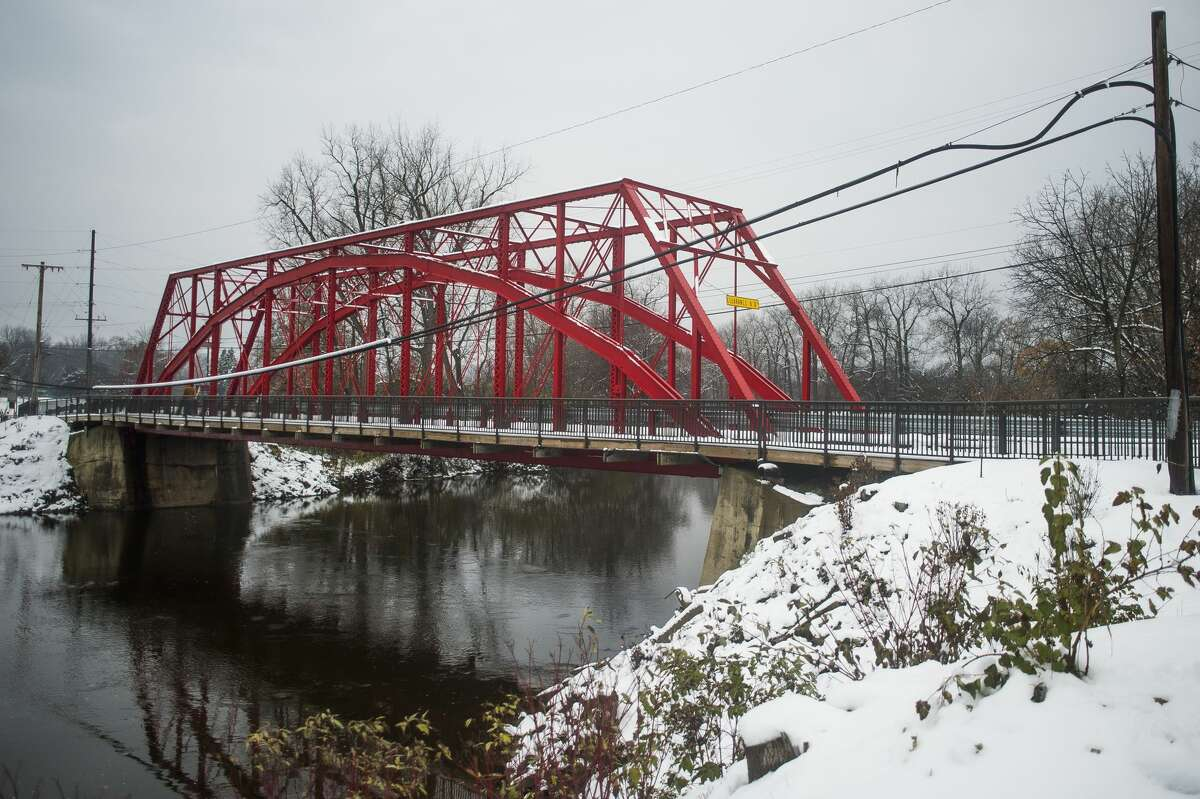 Road blocks prevent vehicles from crossing the Currie Parkway Bridge on Friday, Nov. 16, 2018. The bridge has been closed indefinitely, following damage found to several parts of the structure during an inspection on Friday. (Katy Kildee/kkildee@mdn.net)