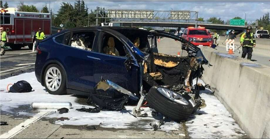 Emergency personnel work at the scene where a Tesla electric SUV crashed into a barrier on Highway 101 in Mountain View on March 23. Photo: KTVU