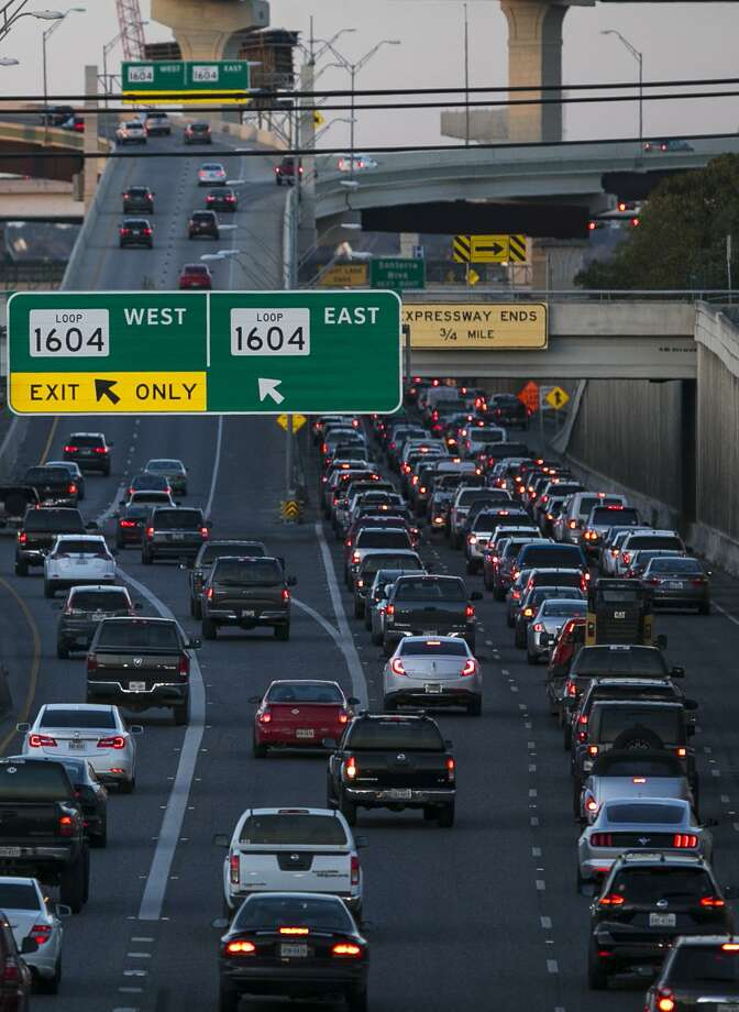 Northbound U.S. 281 traffic approaches the Loop 1604 intersection during rush hour on Nov. 16, 2018. A long-range plan to deal with future vehicle gridlock includes modern trams and buses but contains only 38 words about light rail, which local leaders are dumping because of cost and local political headwinds. Photo: Josie Norris /San Antonio Express-News / © San Antonio Express-News