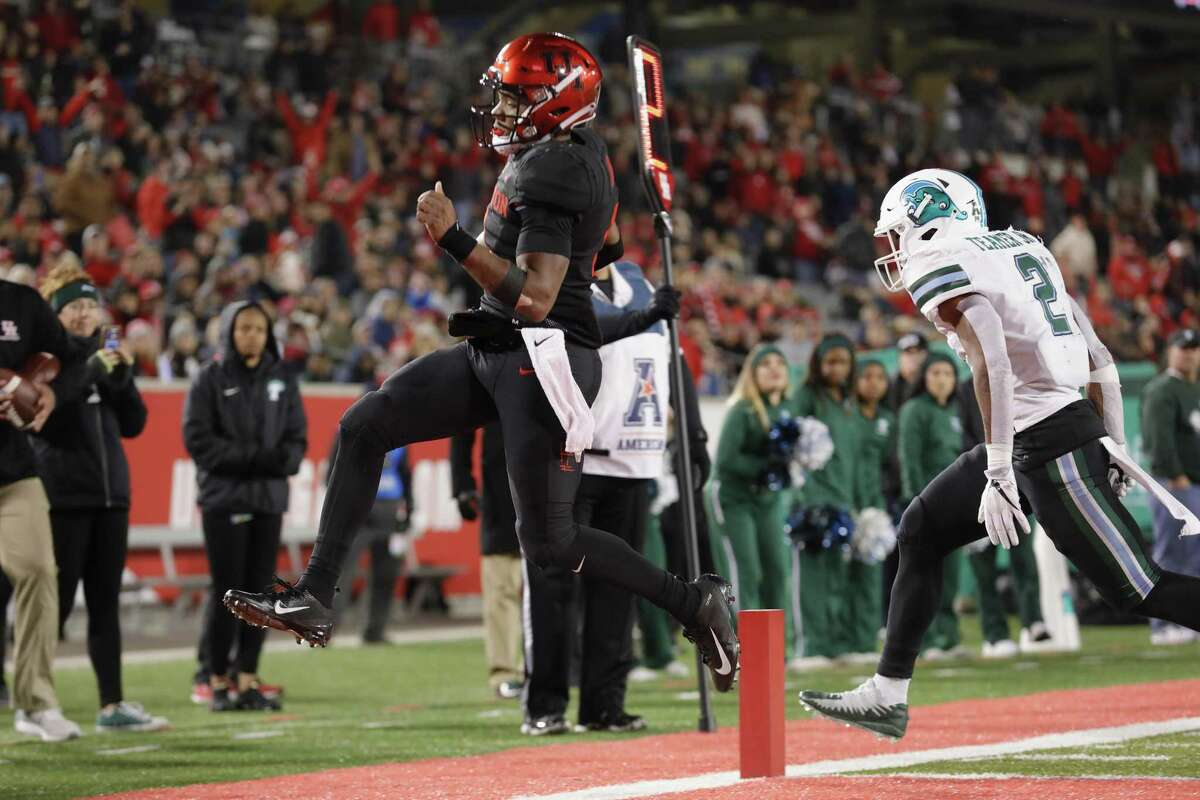 D'Eriq King scores in the second quarter against for Houston before injuring his knee against Tulane. King will be out the rest of the season.