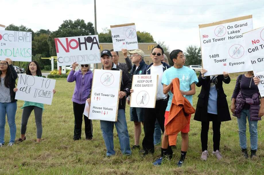 Grand Lakes residents protest against a proposed cell phone tower located behind a McDonalds at 7104 S. Fry Road in Katy on Saturday, Nov. 17. Photo: Craig Moseley, Houston Chronicle / Staff Photographer / ©2018 Houston Chronicle