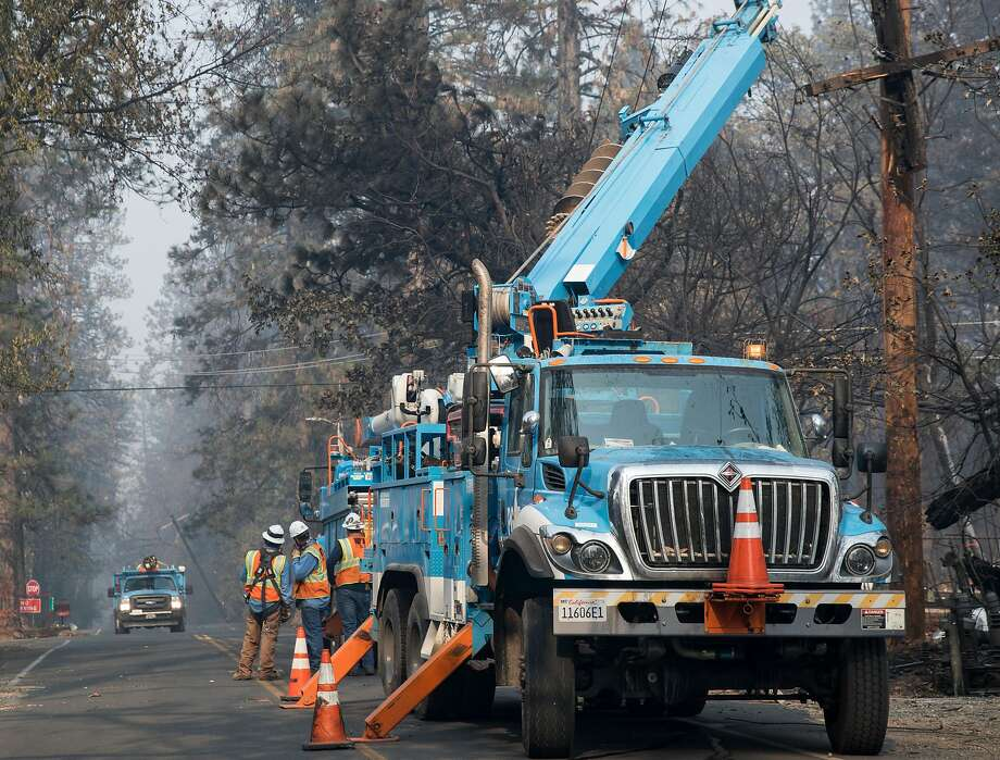 PG&E crews work to clear downed power lines and telephone poles in Paradise, Calif. Saturday, Nov. 17, 2018 after the Camp Fire ripped through the entire town. Photo: Jessica Christian / The Chronicle 2018
