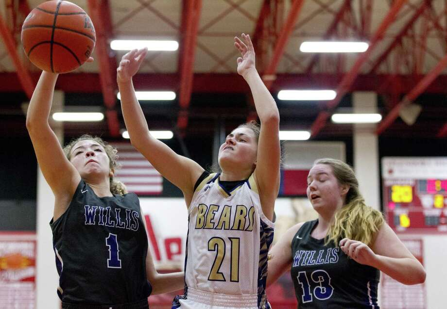 Willis guard Mya Villarreal (1) looks to grab a rebound against Montgomery point guard Lindsey Hefner (21) and guard Ali McNew (13) in the third quarter of a game duing the Splendora baketball tournament, Saturday, Nov. 17, 2018, in Splendora. Photo: Jason Fochtman, Houston Chronicle / Staff Photographer / © 2018 Houston Chronicle