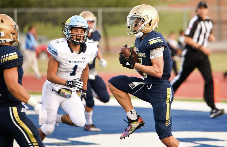 Iker Jaimes had career highs Saturday with six catches for 144 yards and a touchdown in Alexander's 40-28 victory over McAllen Memorial at the SAC in its playoff opener. Photo: Danny Zaragoza /Laredo Morning Times / Laredo Morning Times