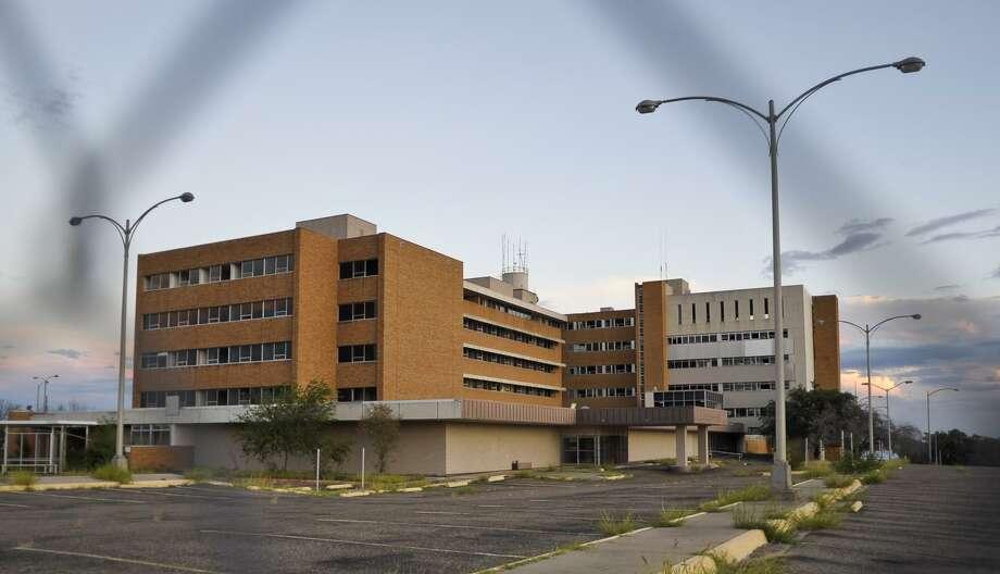 ARCHIVO— Una foto del 7 de septiembre de 2013 muestra el viejo hospital Mercy Hospital desde la calle Galveston. El domingo, empresarios de Houston y Laredo firmando un acuerdo para convertir el viejo hospital en un edificio de uso mixto. Photo: Danny Zaragoza /Laredo Morning Times / LAREDO MORNING TIMES