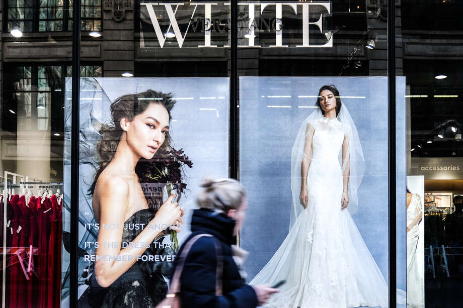 A pedestrian passes in front of a David's Bridal store in New York on Nov. 14, 2018. Photo: Bloomberg Photo By Jeenah Moon. / © 2018 Bloomberg Finance LP