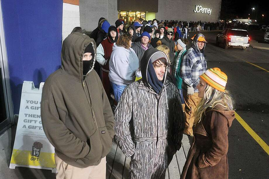 A line forms outside the Best Buy in Paducah, Ky., just before 5 a.m. for Black Friday deals in 2009. Photo: John T. Wright / Paducah Sun Via AP