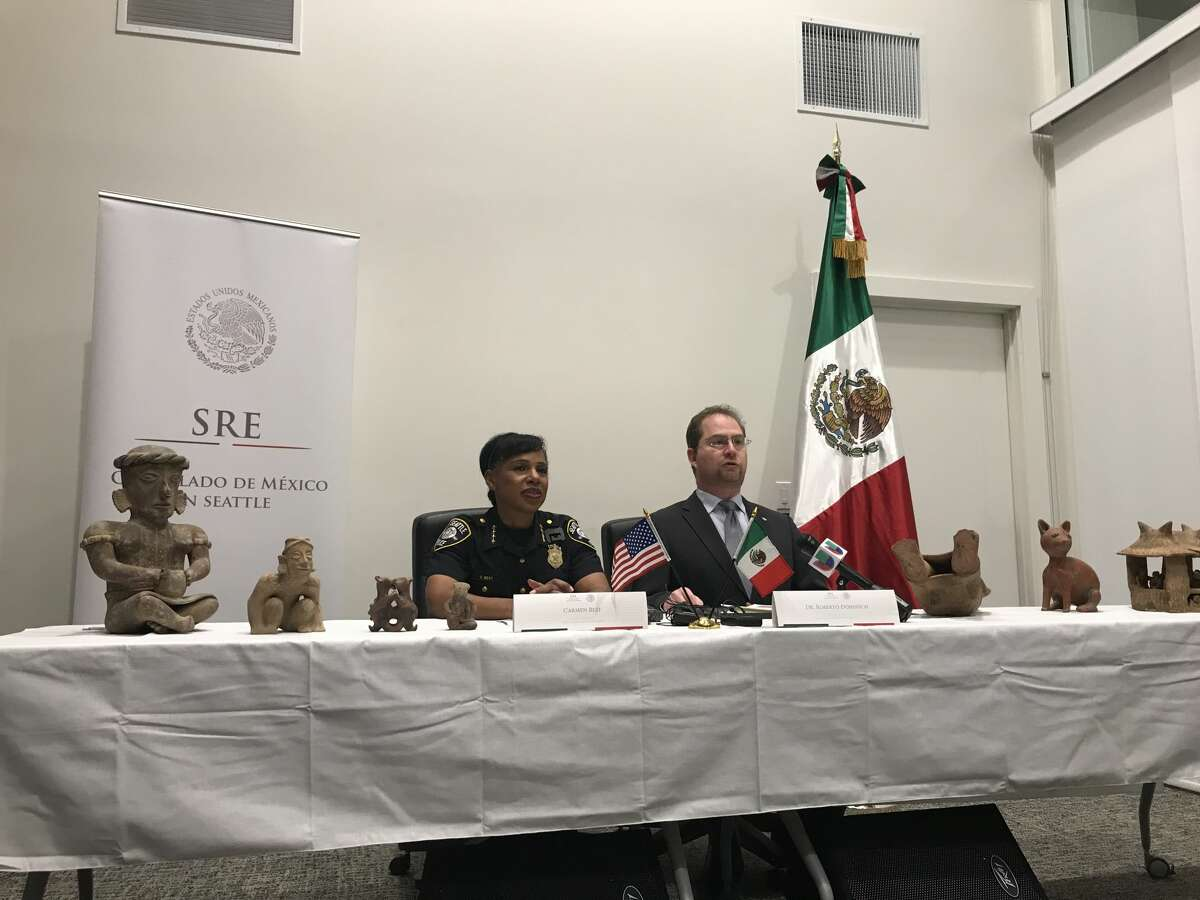 Seattle Police Chief Carmen Best and Consul of Mexico Roberto Dondisch Glowinski during a reparation ceremony at the Mexican Consulate in Seattle