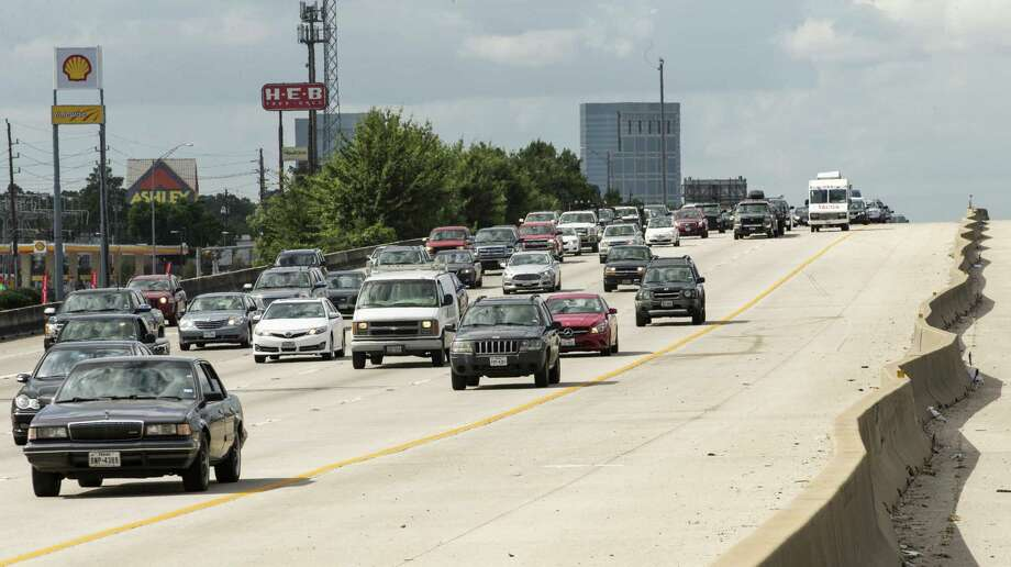 A repair project to the overpass on Interstate-45 at the Rayford Road/Sawdust Road interchange that begins in early January is expected to cause night-time and weekend closures of both the southbound and northbound lanes of I-45. In this file photograph, commuters from The Woodlands area travel south on I-45 in 2015, in The Woodlands. ( Brett Coomer / Houston Chronicle ) Photo: Brett Coomer, Staff / Houston Chronicle / © 2015 Houston Chronicle