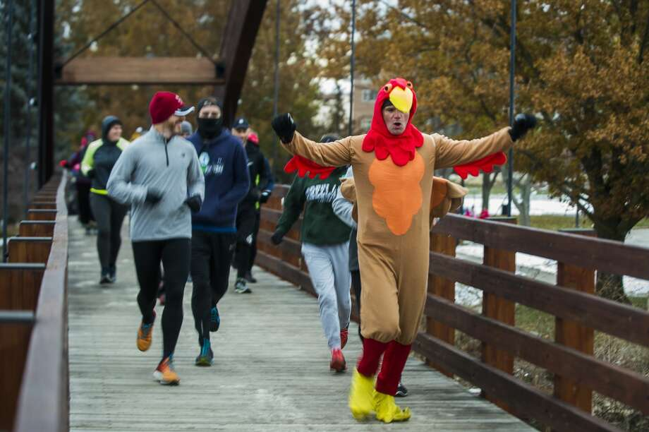 Runners and walkers cross the Tridge during the annual Turkey Trot on Thanksgiving Day, Thursday, Nov. 22, 2018. (Katy Kildee/kkildee@mdn.net) Photo: (Katy Kildee/kkildee@mdn.net)