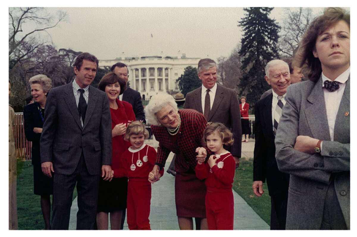 The Bush family in front of the White House with Jenna Bush Hager and her twin sister Barbara Bush Coyne holding their
