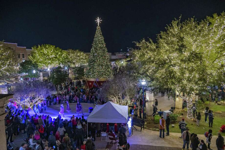 People gathered on Nov. 16 at LaCenterra at Cinco Ranch to celebrate the annual Christmas-tree lighting ceremony. Photo: LaCenterra At Cinco Ranch / LaCenterra At Cinco Ranch / Ted Washington