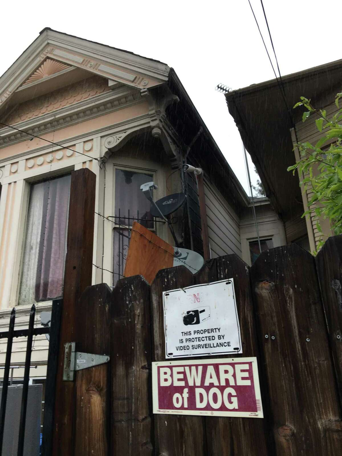 The apartment where arson suspect Dustin Bellinger lives was charred by a fire after embers from the Ice House construction site blaze flew into the West Oakland neighborhood.