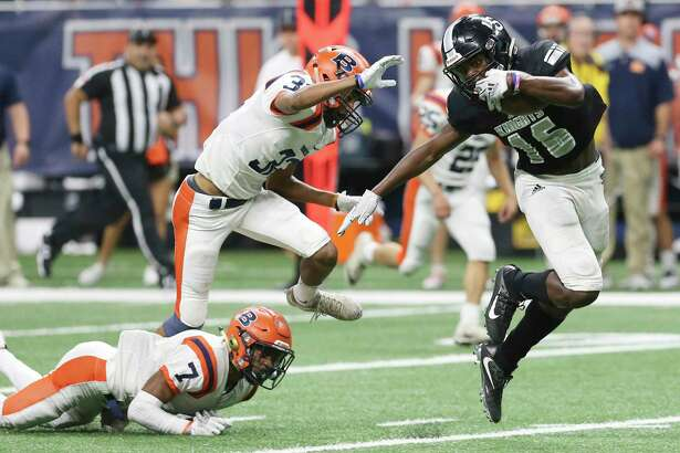 Steele's Daniel Jackson (16) evades a tackle by Brandeis' Frank Wilson, IV (07) and Brett Marthis (03) to score a touchdown in the fourth quarter in the 6A Div. II, Region IV football playoff game at the Alamodome on Friday, Nov. 23, 2018. Broncos defeated the Knights, 31-16, to move on in the playoffs. (Kin Man Hui/San Antonio Express-News)