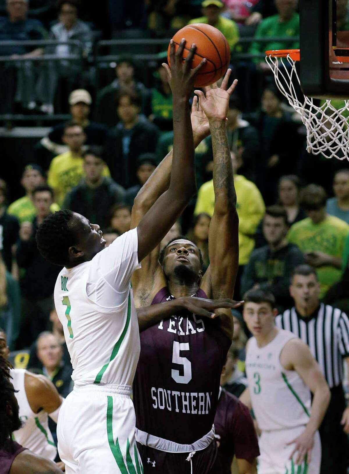 Oregon center Bol Bol is defended by Texas Southern center Trayvon Reed as he goes to the basket during the first half of an NCAA college basketball game in Eugene, Ore., Monday, Nov. 26, 2018. (Andy Nelson/The Register-Guard via AP)