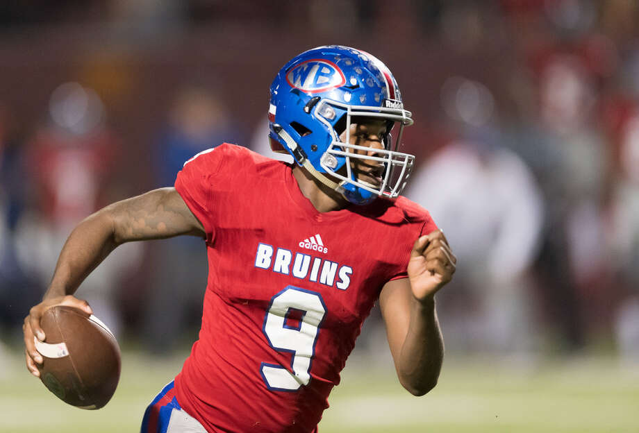 La'Ravien Elia registered six total touchdowns in a 54-43 come-from-behind win over Strake Jesuit. The senior quarterback threw for 206 yards and four passing touchdowns on Friday night. As if that wasn't enough, Elia added 154 rushing yards and two touchdowns on the ground — the last of which sealing the win with 1:05 remaining in the game. Photo: Wilf Thorne