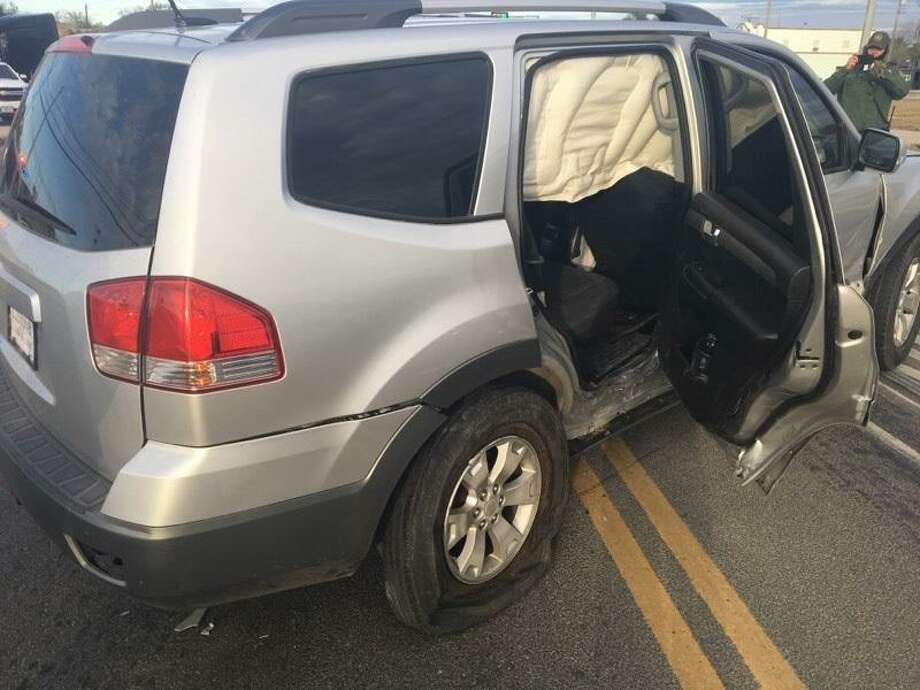 Las autoridades dijeron que este es el vehículo que una mujer usó para transportar a 3 inmigrantes indocumentados. Photo: Foto De Cortesía /