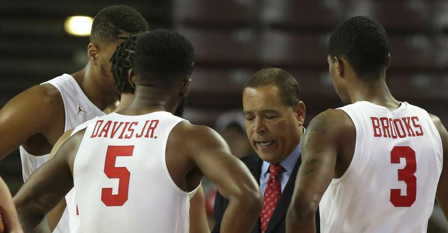 Houston Cougars Head Coach Kelvin Sampson talks to players during a timeout in the first half of the game against the Alabama A&M Bulldogs at H&PE Arena on Saturday, Nov. 10, 2018, in Houston. Photo: Yi-Chin Lee/Staff Photographer