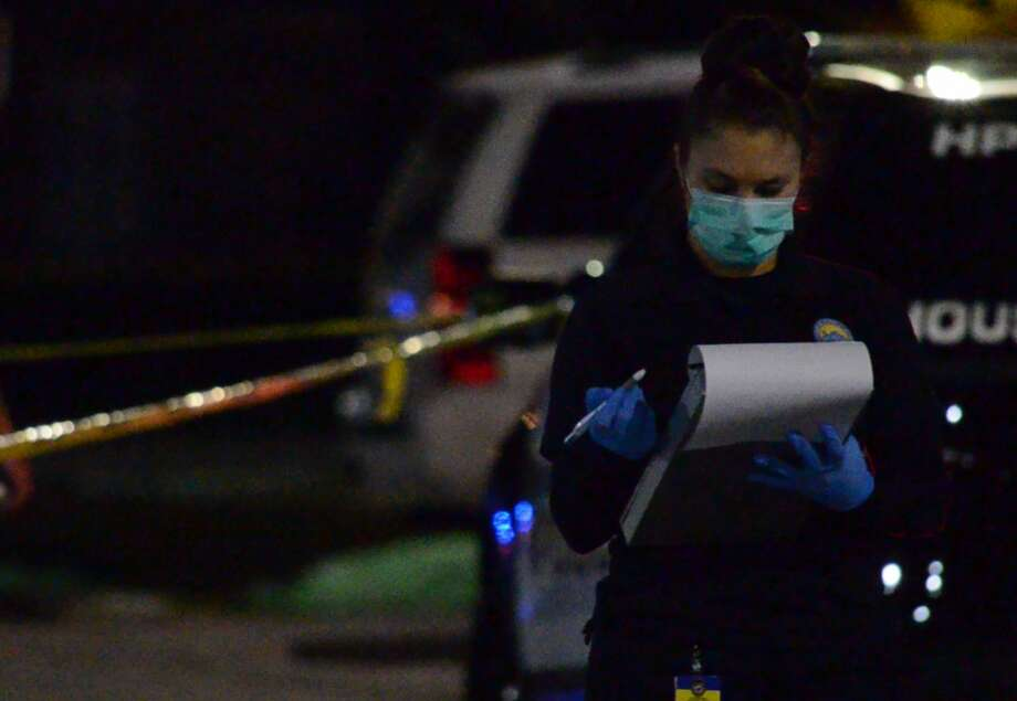 Houston police officers investigate a deadly shooting in Spring Branch on Wednesday, Nov. 28, 2018. Photo: Jay R. Jordan