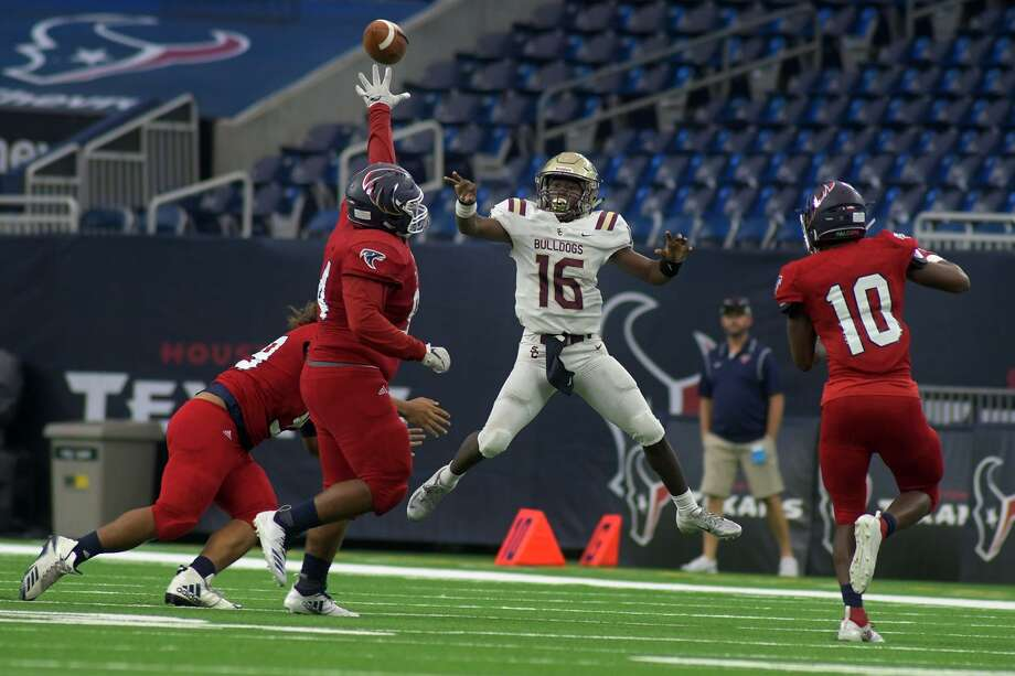 Summer Creek sophomore quarterback Bryan Bush (16) jumps and drops a pass over the outstretched arm of Clear Lake junior defensive tackle Anthony Zapata (94) late in the 4th quarter of their Class 6A Div. II Region III Area Playoff matchup at NRG Stadium in Houston on Nov. 24, 2018. Photo: Jerry Baker, Houston Chronicle / Contributor / Houston Chronicle