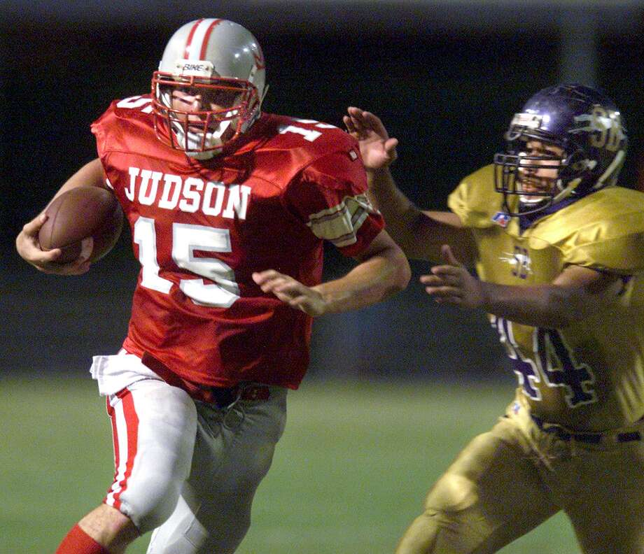 SPORTS Judson's Randy moshier turns the corner on Rudy Rangel of San Benito as the Rockets began to roll over the greyhounds Friday at Judson Stadium. Photo by Tom reee September 22, 2000. Photo: TOM REEL /