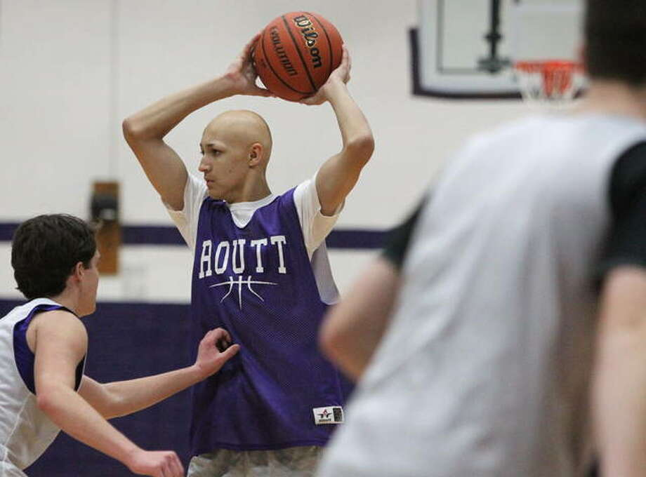 Routt's Cory Ronan looks for a teammate during practice earlier this week at the Routt Dome in Jacksonville. Photo: Dennis Mathes | Journal-Courier