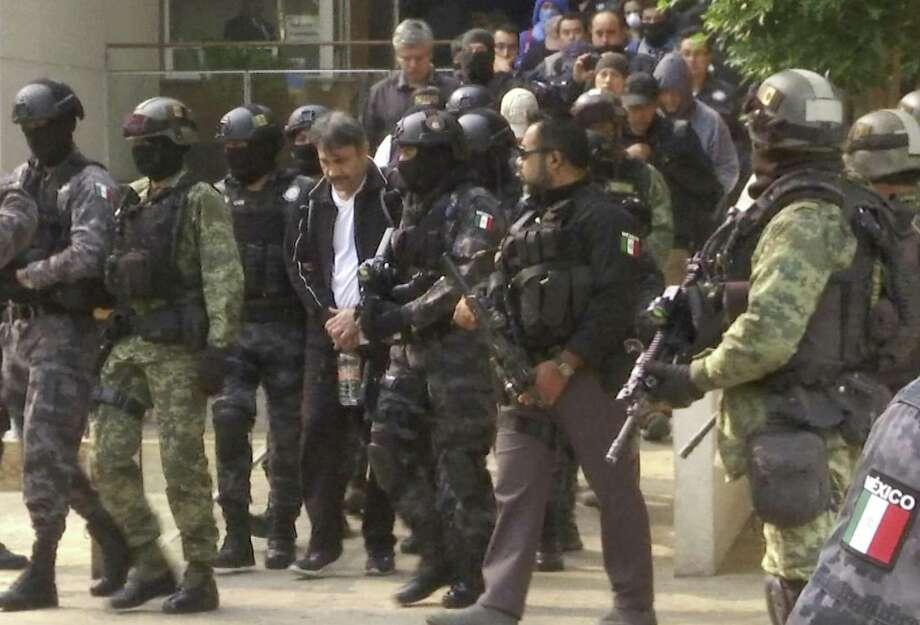 ARCHIVO — En esta foto de archivo del 2 de mayo de 2017, la policía escolta a Damaso López, líder del cártel de Sinaloa en México, después de su captura en un edificio de apartamentos de lujo en la Ciudad de México. Photo: Jorge Barrera /Associated Press / Copyright 2017 The Associated Press. All rights reserved.