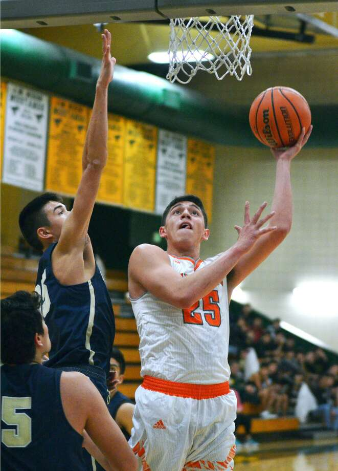 Elian Fernandez and United host Chris Cornejo and Alexander at 7:30 p.m. Friday after traveling Tuesday for a 7:30 p.m. game at United South. Photo: Cuate Santos /Laredo Morning Times File / Laredo Morning Times