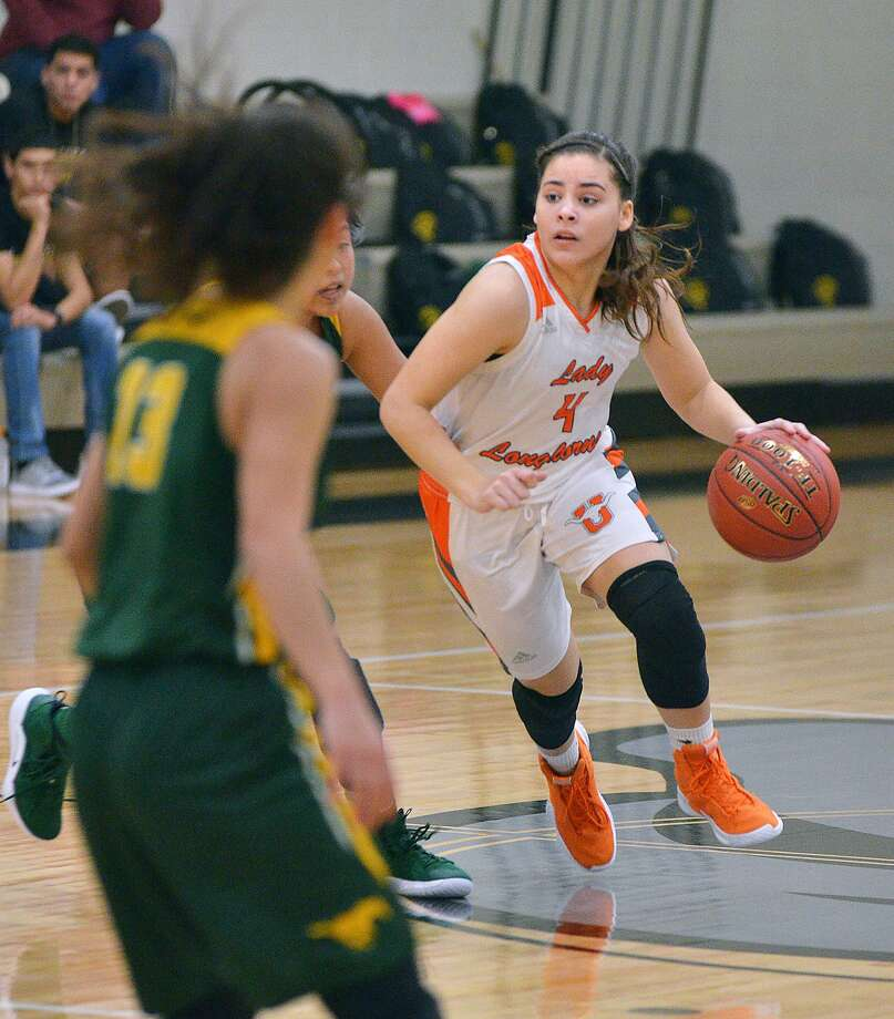 Evelyn Quiroz and United defeated Los Fresnos 66-24 Monday. Quiroz led the way with 14 points. Photo: Cuate Santos /Laredo Morning Times File / Laredo Morning Times