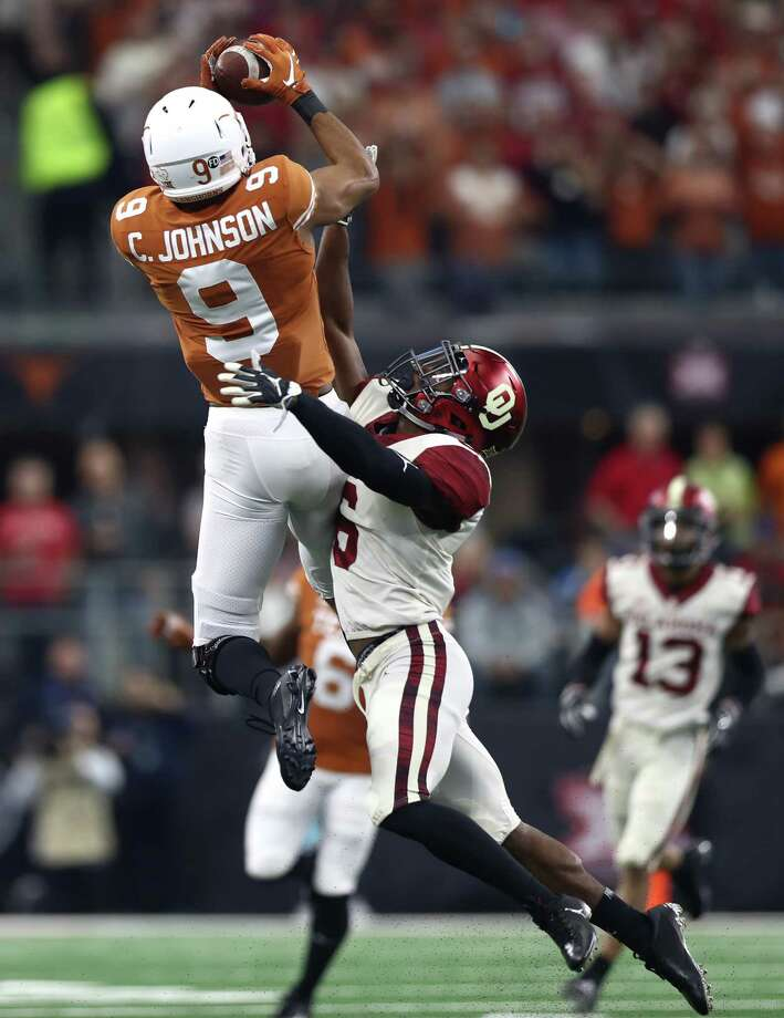 ARLINGTON, TEXAS - DECEMBER 01:  Collin Johnson #9 of the Texas Longhorns makes a pass reception against Tre Brown #6 of the Oklahoma Sooners in the first quarter at AT&T Stadium on December 01, 2018 in Arlington, Texas. Photo: Getty Images / 2018 Getty Images