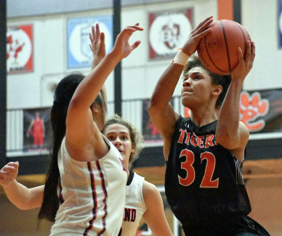 Edwardsville's Maria Smith, right, drives to the basket for a lay-in during the third quarter of Saturday's Scott Credit Union Shootout in Edwardsville. Photo: Matt Kamp/Intelligencer