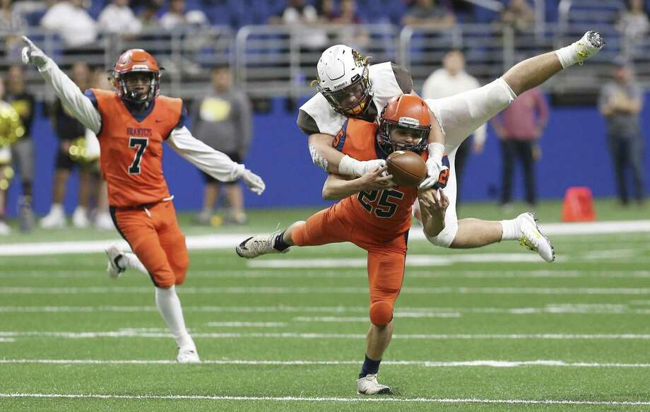 Brandeis' Kaine Buchanan (25) nearly intercepts a pass intended for Brownsville Hanna's Aaron Frausto (06) in the second half in the Class 6A, Div. II football playoff game at the Alamodome on Saturday, Dec. 1, 2018. Brandeis came from behind to defeat the Golden Eagles, 33-32, to move on in the playoffs. (Kin Man Hui/San Antonio Express-News) Photo: Kin Man Hui /Staff Photographer / ©2018 San Antonio Express-News
