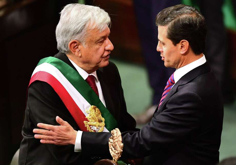 El Presidente saliente de México, Enrique Peña Nieto, derecha, saluda al Presidente entrante, Andrés Manuel López Obrador durante la ceremonia de inauguración en el Congreso de la Unión, el 1 de diciembre de 2018. Photo: Ronaldo Schemidt /AFP /Getty Images / AFP or licensors