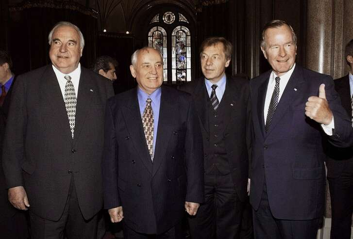 Former President George Bush gives a thumbs-up as he is joined by former German Chancellor Helmut Kohl, left, Berlin Mayor Eberhard Diepgen, second from right, and former Soviet leader Mikhail Gorbachev, right, before Bush was awarded the honorary citizenship of Berlin in Berlin's town hall Monday, Nov. 8, 1999. The city of Berlin is celebrating the 10th anniversary of the fall of the Berlin wall, in which all three leaders played major roles. (AP Photo/Fritz Reiss, POOL)