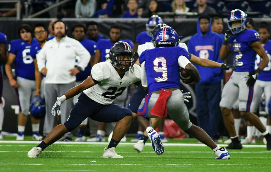 Tompkins senior linebacker Kaian Dislate goes one-on-one with Beaumont West Brook quarterback La'Ravien Elia on a running play during the 2nd quarter of their Class 6A Divison II Region III Semifinal Playoff matchup at NRG Stadium in Houston on Dec. 1, 2018. Photo: Jerry Baker, Houston Chronicle / Contributor / Houston Chronicle