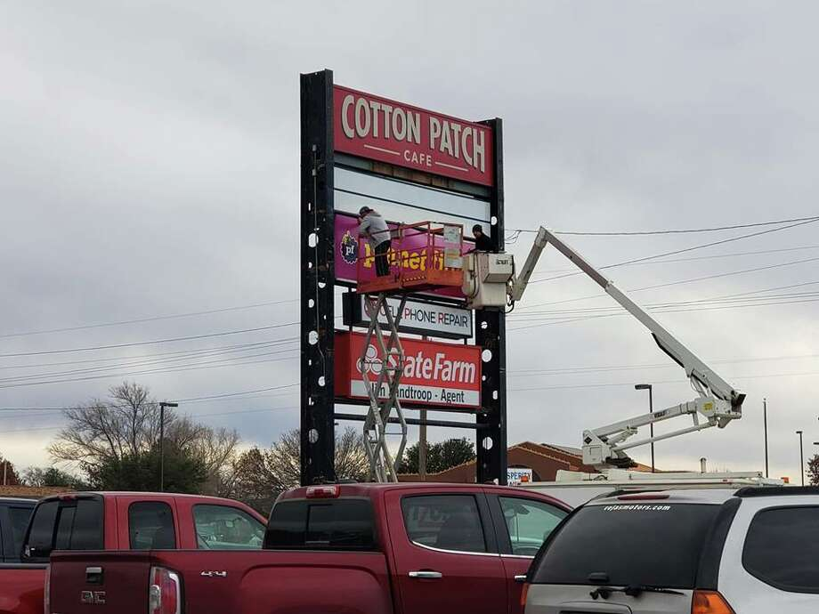 Crews work to set up signage at the new Planet Fitness location. Photo: Ellysa Harris/Plainview Herald