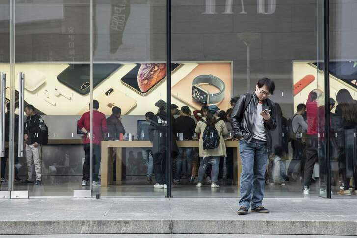 As Apple's prices rise, people are holding on to their iPhones longer.
