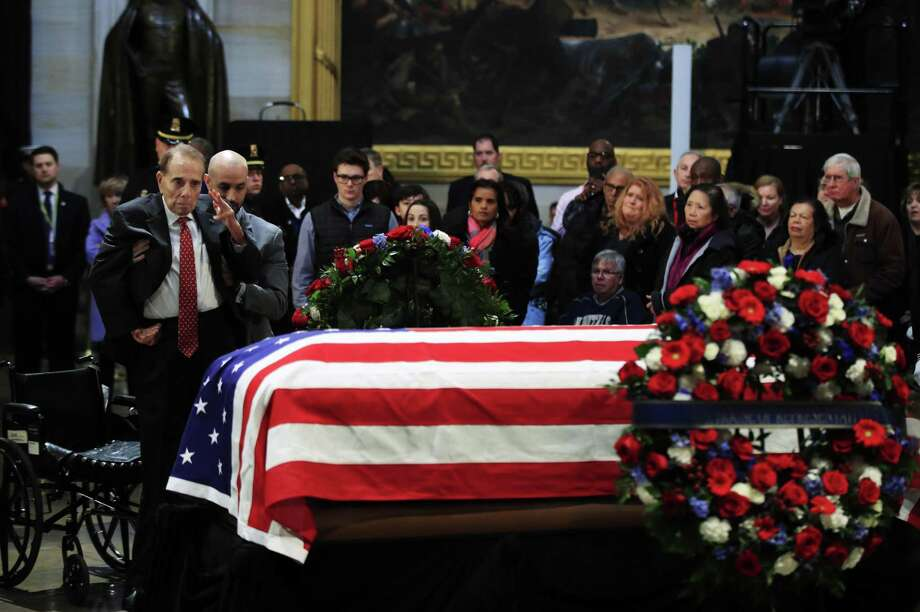 El exsenador Bob Dole hace un saludo militar al féretro con los restos mortales del expresidente de Estados Unidos George H.W. Bush, en el Capitolio, Washington, el 4 de diciembre de 2018. Photo: Manuel Balce Ceneta /Associated Press / Copyright 2018 The Associated Press. All rights reserved.