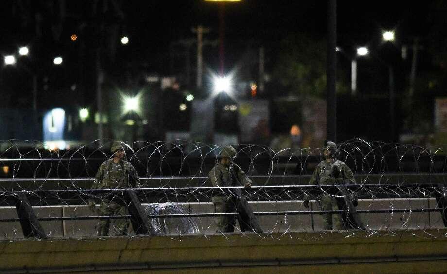ARCHIVO — Miembros de la Guardia Nacional instalan el alambre de púas en el Puente Internacional Juárez-Lincoln, el 16 de noviembre de 2018. Photo: Danny Zaragoza /Laredo Morning Times